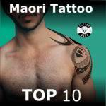 Mann mit Tattoo im Maori Tattoo auf Oberarm, Schulter und Brust